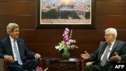 Džon Keri tokom susreta sa Mahmudom Abasom