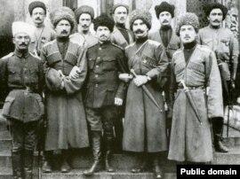 Карачаевцы из 'Дикой дивизии' с генералом Корниловым