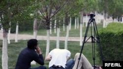 Телевизионные журналисты на траве. (Иллюстративное фото.)
