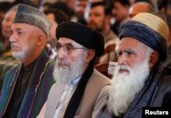 """Гулбеддин Хекматияр (в центре), бывший президент Афганистана Хамид Карзай (слева) и бывший лидер """"джихадистов"""" Абдул Расул Сайяф. Кабул, 4 мая 2017 года."""