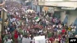 Идлибте өткен үкіметке қарсы шеру. Видеодан алынған сурет. Сирия, 30 қыркүйек 2011 ж.