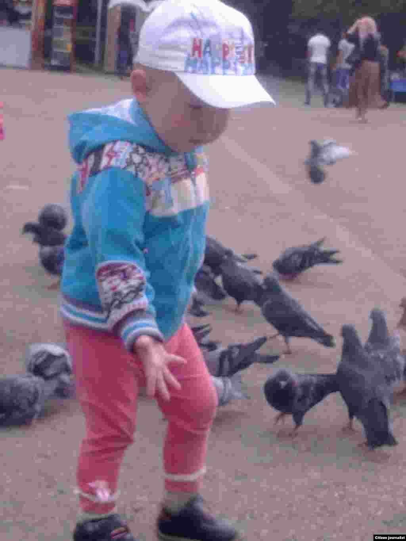 Малыш играет с голубями. Прислал Жарас Кемелжан.