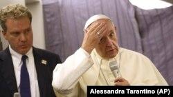 Roma papası Francis və Vatikanın sözçüsü Greg Burke jurnalistlərlə söhbət zamanı