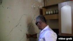 Физули Алиев у стены своего дома
