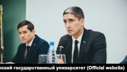 КонсулТуркменистана в Астрахани Атадурды Байрамов (справа) фото с официального сайта Астраханского государственного университета.