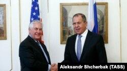 Pamje gjatë një takimi të mëparshëm Tillerson - Lavrov (djathtas)