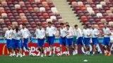 Orsýetiň milli komandasynyň oýunçylary türgenleşik mahalynda, Lužniki stadiony, 13-nji iýun.