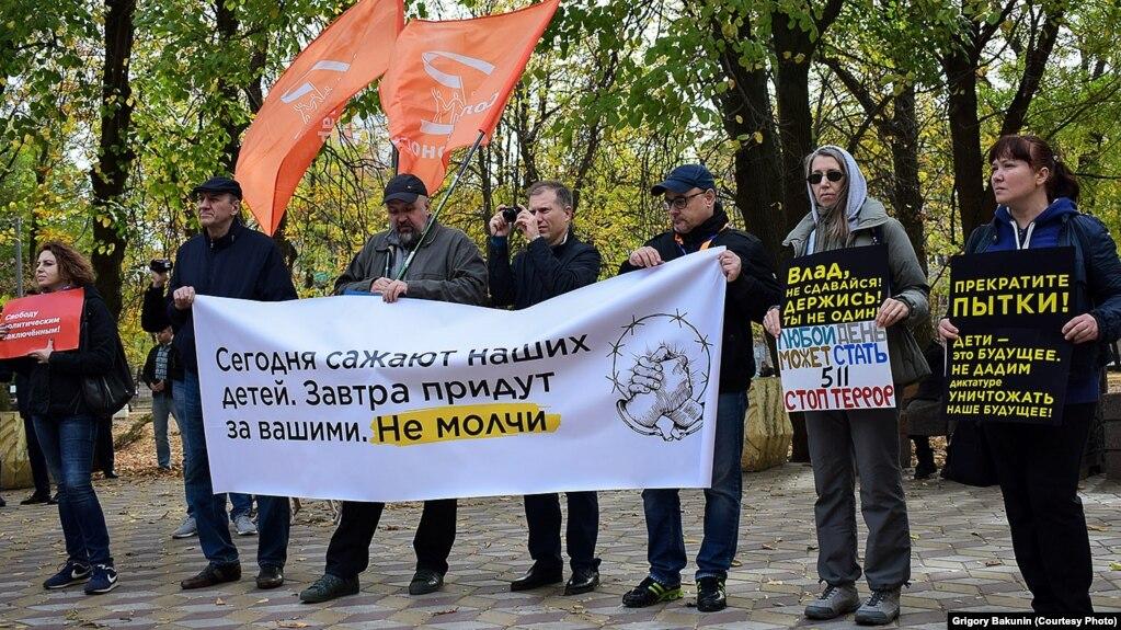 В России на уличных акциях были задержаны десятки активистов