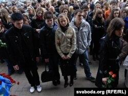 Людзі на Кастрычніцкай плошчы ў Менску празь дзень пасьля выбуху ў мэтро, 12 красавіка 2011