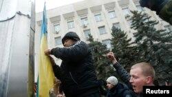 Спуск прапора України перед будівлею сімферопольської міськради, 27 лютого 2014 року