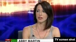 Ведущая шоу на телеканале RT Эбби Мартин.