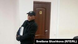 Адилбек Мейрамов в ожидании суда в специализированном межрайонном административном суде. Астана, 27 июня 2016 года.