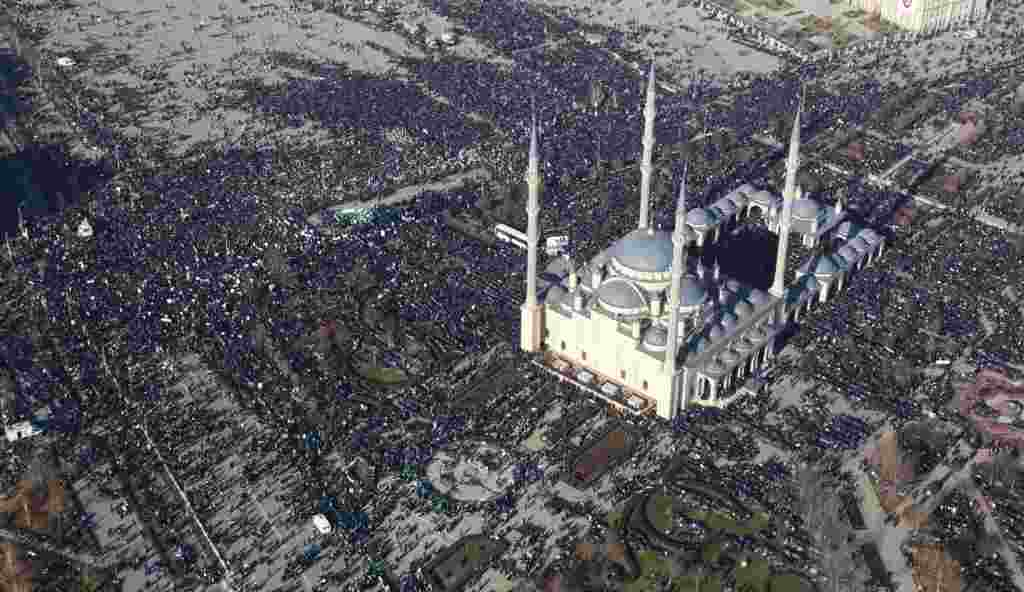 An aerial view of the massive rally in the Chechen capital, Grozny, to protest against the French magazine Charlie Hebdo's satirical cartoons of the Prophet Muhammad (epa/Kazbek Vakhayev)