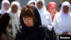 Ештон за време на посетата на Сребреница, 18 април 2013.