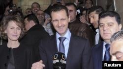 Башар Асад и его супруга после голования на референдуме по новой конституции