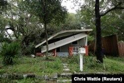 Разрушенный упавшим во время урагана деревом дом в городе Тампа во Флориде. 11 сентября