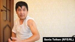 Естай Сатыбалдиев, раненный во время Жанаозенских событий, жалуется, что до сих пор не может найти работу. Жанаозен, 13 декабря 2014 года.