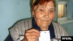 Зейнеткер Фаина Шырбаева газ бағасының қымбаттағына наразы болып, коммуналдық қызметтерді төлегені жайындағы түбіртегін көрсетіп тұр. Шымкент, 15 мамыр 2009 жыл.