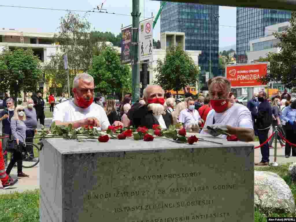Polaganje cvijeća na spomen obilježju pogubljenim građanima koje je smaknuo režim NDH u Sarajevu 1945. godine