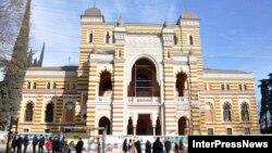 Тбилисский театр оперы и балета сложно не узнать. На первый взгляд там все так же, как и раньше: крупным восьмиконечным звездам на мраморных плитах вторит разноцветный витраж на окнах, а стены украшает тот же замысловатый орнамент