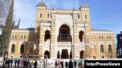 Вопреки задуманному, устроить помпезный вечер в отреставрированном Театре оперы и балета имени Захария Палиашвили не получилось – ремонтные работы в нем пока не завершились
