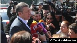Վրաստանի վարչապետ Գիորգի Կվիրիկաշվիլին զրուցում է լրագրողների հետ, արխիվ