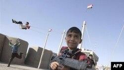 أطفال يلعبون بالأسلحة البلاستيكية إبتهاجاً بالعيد
