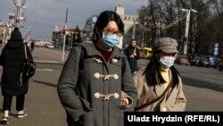 Людзі ў масках на вуліцах Менску