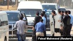 Коррупцияға қарсы қызмет Наваз Шарифтің күйеубаласы Наваз Шарифті көлікке отырғызып әкетіп барады. Исламабад, 9 қазан 2017 жыл.