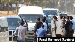 Автомобиль увозит из аэропорта Исламабада Мухаммада Сафдара, зятя бывшего премьер-министра Наваза Шарифа. 9 октября 2017 года.