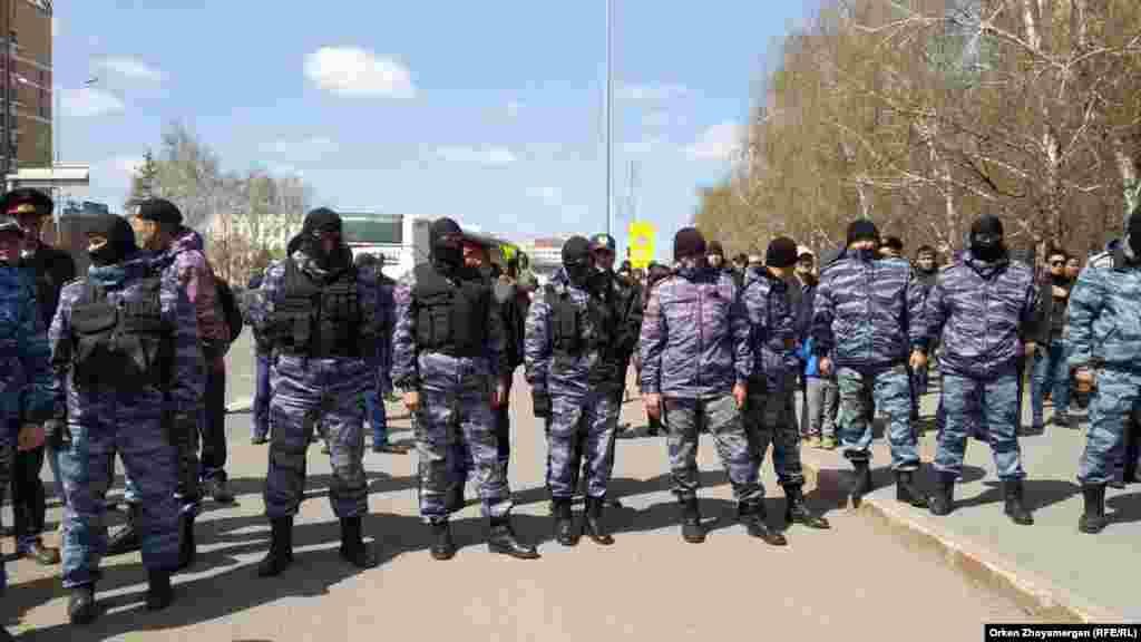 Протестующих окружили сотрудники спецподразделения полиции. Нур-Султан, 1 мая 2019 года.