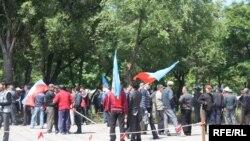 Бишкекте коомдук тартипти сактоодо милицияга элдик кошуундар да көмөк көрсөтүүдө.