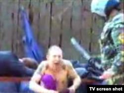 Ресейдің Екатеринбург түрмесінде тұтқындарды ұрып-соққаны туралы youtube сайтында жарияланған видео жазбадан көрініс.