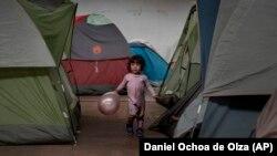 Bevándorlók számára kialakított menedékhelyként használt raktár Tijuana belvárosában, Mexikóban 2019. január 2-án