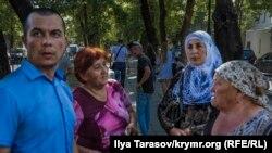 Advokat Emil Kürbedinov Renat Paralamovnıñ soy-soplarınen beraber Qırımdaki Rusiye FSB idaresi yanında, arhiv fotoresimi