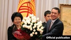 Роза Отунбаева получает букет роз в последний день президентства. Бишкек, 30 ноября 2011 года.
