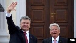 Президенти України Петро Порошенко (Л) і Німеччини Йоахим Ґаук, Берлін, 24 серпня 2015