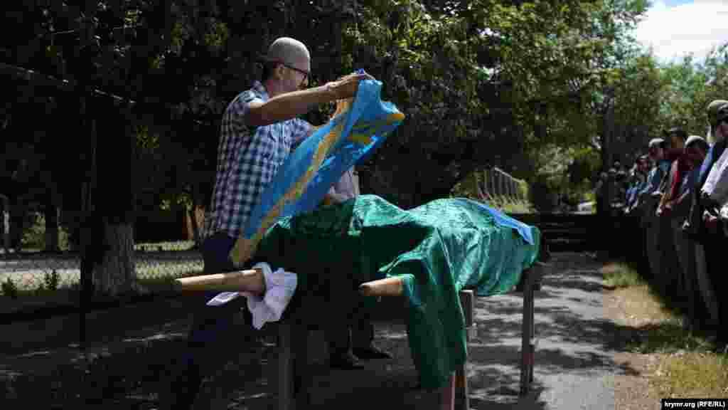 Кримські активісти раніше повідомляли, що Сервер Караметов помер у лікарні після ДТП в Старому Криму 23 червня. В аварії також постраждав кримський татарин Енвер Арабаджиєв