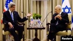 Шимон Перес (п) і Біньямін Нетаньягу (л) під час зустрічі в Єрусалимі, 8 квітня 2013 року