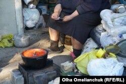 Сегодня на обед будет лечо из помидор. Если бы не военные и волонтеры – женщины из прифронтового поселка могли бы попросту голодать