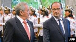 Куба президенті Рауль Кастро (сол жақта) мен Франция президенті Франсуа Олланд. Гавана, 11 мамыр 2015 жыл.