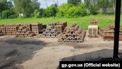 За даними слідства, регінальні філії перерахували 70 мільйонів гривень підконтрольним підприємствам за постачання чавунних гальмівних колодок, які не відповідають технічним умовам