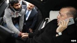 Pamje e Erdoganit duke folur me personin që synonte të bënte vetëvrasje