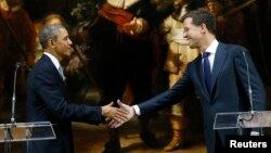 ABŞ-nyň prezidenti B.Obama (ç) we Gollandiýanyň premýer-ministri M.Rutte, Amsterdam, 24-nji mart, 2014.