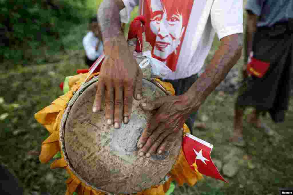 Для багатьох бірманців важливо виявляти свою етнічну приналежність, тому перед виступами політика люди часто грають на національних музичних інструментах і виконують національні пісні