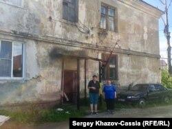 Пенсионерки Наталья Гончарова (слева) и Нина Старовойтова у аварийного дома в поселке Рудник