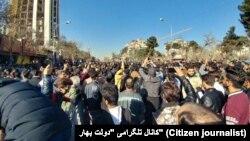 Протестувальники у іранському місті Мешхед протестують проти підвищення цін, 28 грудня 2017 року