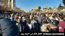 تجمع کنندگان در مشهد ضمن اعتراض به گرانی شعار می دادند: مرگ بر روحانی و مرگ بر دیکتاتور.