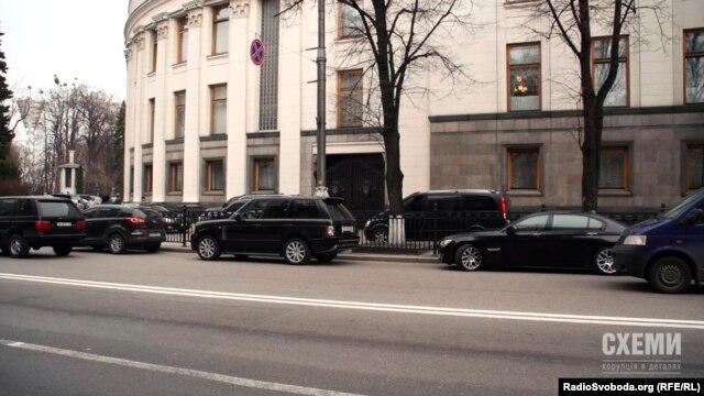 Під Верховною Радою в сесійний тиждень яблуку ніде впасти – все запарковано автомобілями можновладців