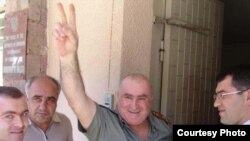 "Armenia -- Hamlet Hovannisian, a fugitive opposition member, surrenders to police on 30Jul2009. (Photo courtesty of ""Haykakan Zhamanak."")"
